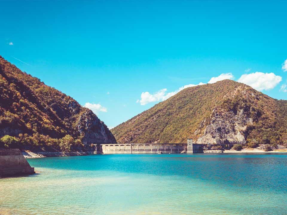 Blick auf den Lago Del Salto zur Staumauer